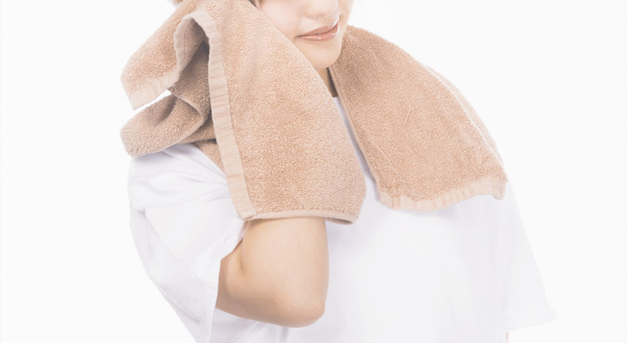 寝る前に耳をホットタオルで温めた後、両手で包んで前後左右に回転させてみましょう。