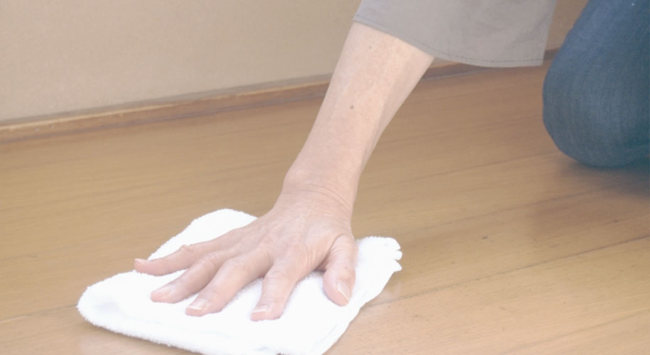 起床時と寝る前に床をから拭きする